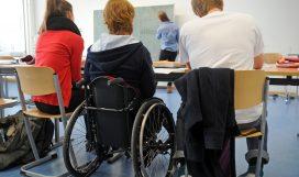 """ARCHIV - Die 19 Jahre alte körperbehinderte Kim (M) arbeitet am 07.03.2013 in ihrer Abiturklasse am Humboldt-Gymnasium in Karlsruhe (Baden-Württemberg) mit ihren Mitschülern David und Alica. Foto: Uli Deck/dpa (zu lsw: «Inklusion"""" vom 27.06.2016) +++(c) dpa - Bildfunk+++   Verwendung weltweit"""